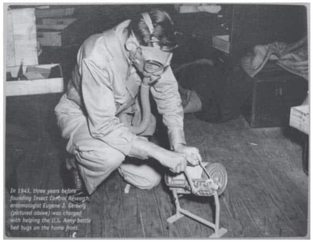 Fig. 11. Fumigación con cianuro de hidrógeno. El operador está abriendo una lata de discoides Zyklon en un cuartel del ejército infestado de chinches de cama durante la Segunda Guerra Mundial (cortesía de E.J. Gerberg).